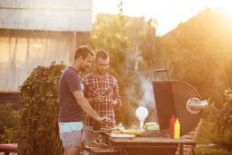 Wer hat den Grillzangen-Dreh raus? Am Wochenende startet die BBQ-Meisterschaft. Foto: Symbolbild/Fotolia